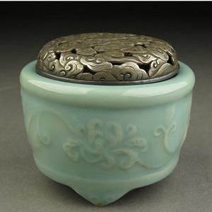 日本香道香炉-中古造-云纹透錾刻银盖唐草纹青瓷香炉