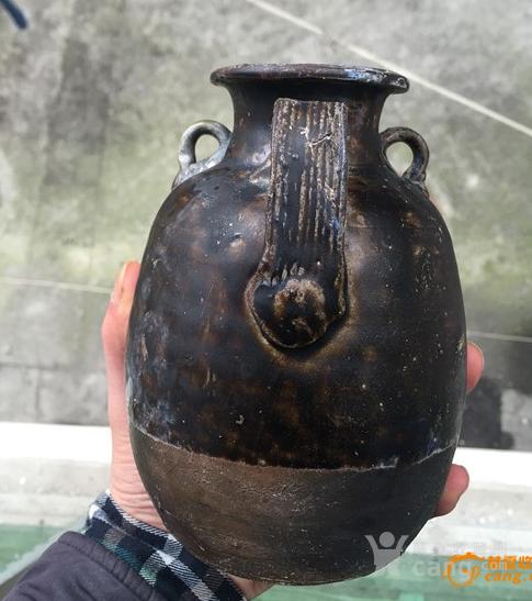 唐代-丰满的褐釉持壶