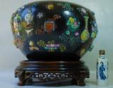 清代成化年制款墨地堆塑金玉满堂暗八仙博古花卉纹大画缸
