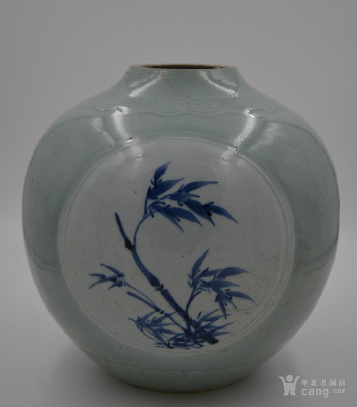 大清乾隆年制豆青釉暗刻花纹。青花釉里红开光天球瓶球体。图1