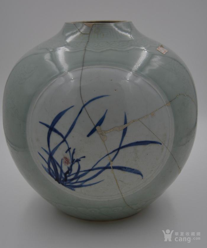 大清乾隆年制豆青釉暗刻花纹。青花釉里红开光天球瓶球体。图2