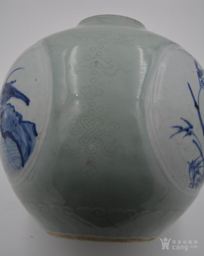 大清乾隆年制豆青釉暗刻花纹。青花釉里红开光天球瓶球体。图8