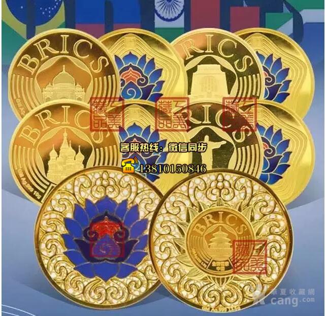 描述:《盛世华章》是由北京工美文化艺术股份有限公司,为庆祝2017年厦门金砖峰会顺利召开,结合传统手工技艺,特别创作的贵金属纪念章。中国作为本届金砖国家轮值主席国,为了完美展现中国悠久的文化底蕴,《盛世华章》中国章采用传统花丝、錾刻、珐琅彩工艺,为整套贵金属纪念章铸入工匠精神。 《盛世华章》立体结构花丝镶嵌纪念章 《盛世华章》由首届中国工美行业艺术大师曾建中先生参与设计创作,采用立体花丝结构,精妙绝伦的花丝技艺,彰显传统非遗之美。 花丝镶嵌,又名细金工艺,实为花丝和镶嵌两种制作技艺的结合