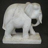 一个白石雕的大象