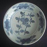 明青花花卉纹盘子。