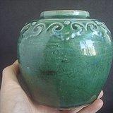 清晚绿釉刻灵芝纹罐。