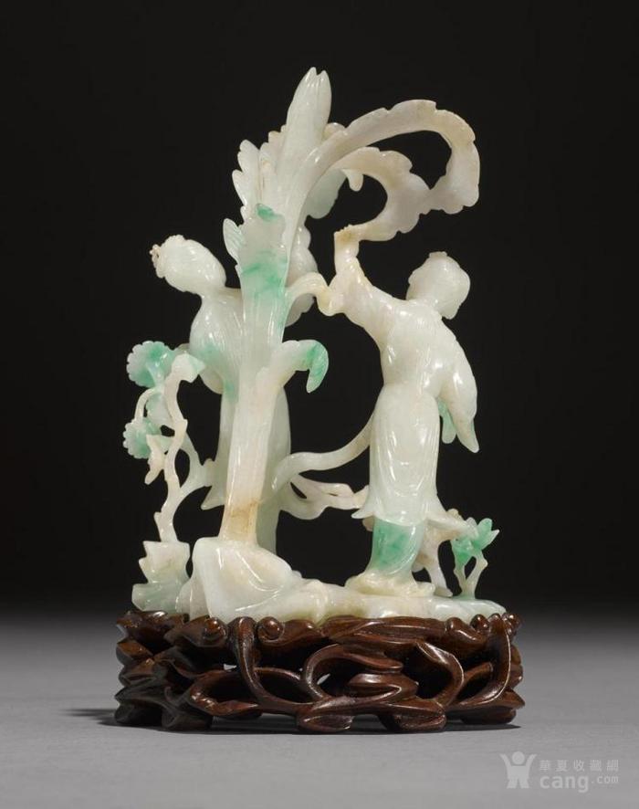 用篮子和花卉雕刻一个站立的女士