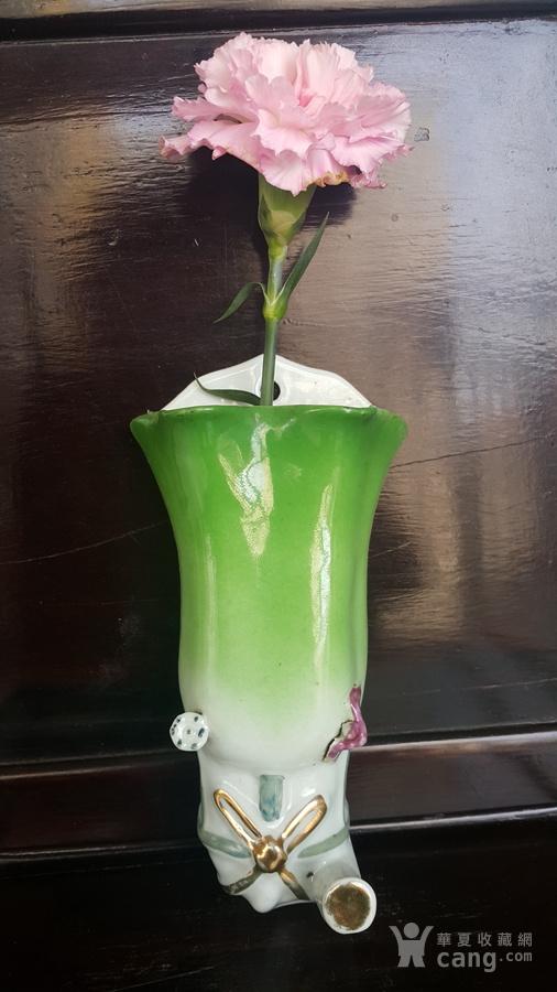 名家江顺泰,绿釉花卉纹花口壁瓶。
