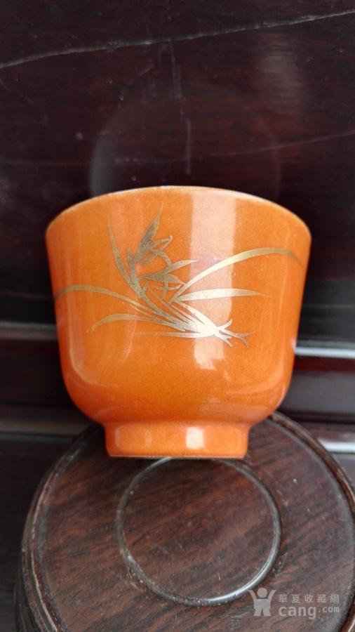 同治珊瑚红描金兰花杯。