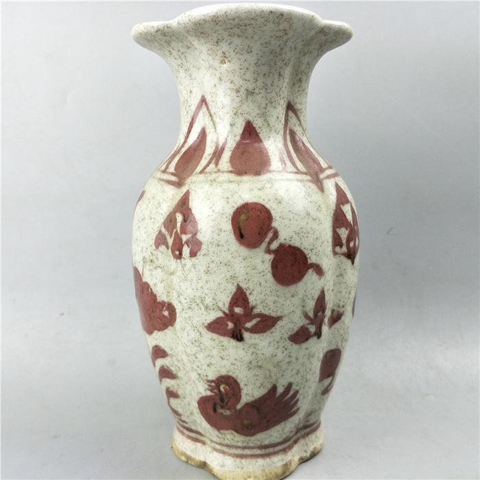 釉里红花口瓶
