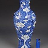 清晚期青花冰梅纹观音瓶,高30.7cm