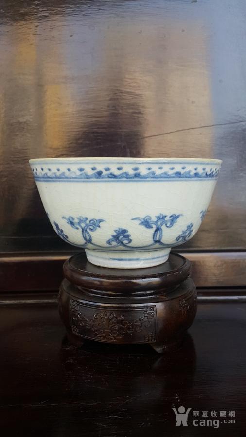 明中期,青花缠枝花卉十字杵纹碗。