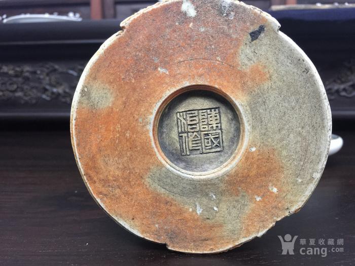 陈国治 鹿鹤同春 瓷刻 笔筒 。14厘米