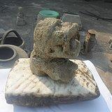 唐代吐舌头呆萌的带座石雕狮子