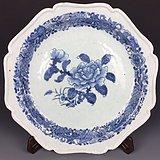 清乾隆青花花卉纹花口大盘,直径35.6厘米