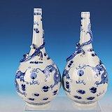 清晚期青花双龙戏珠纹胆瓶一对,高24.5cm,25.5cm