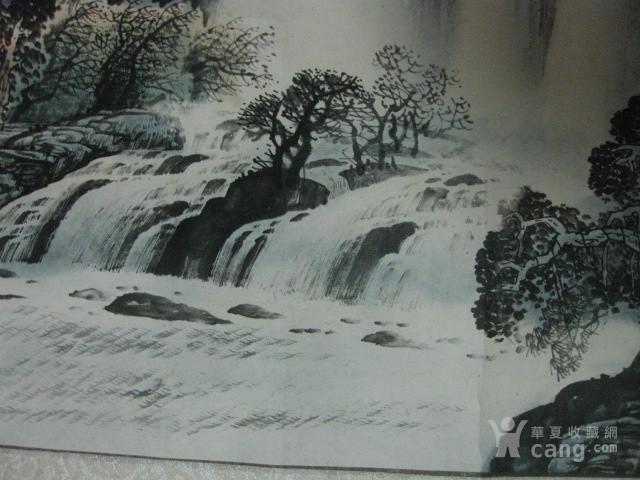 已经装裱的山水大画。