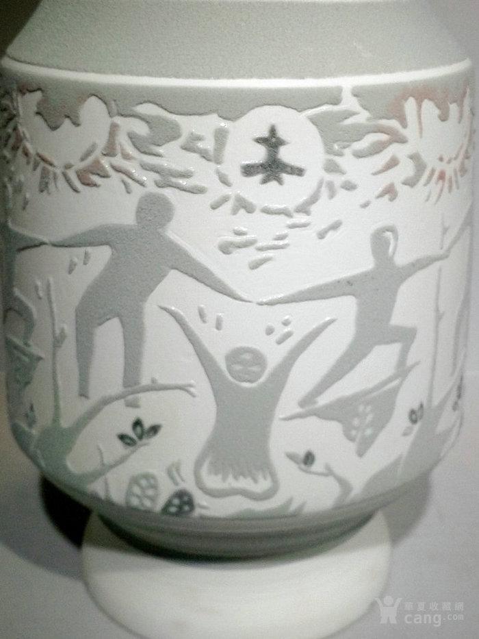 通过变形人物图案的构成,采用雕刻的形式与釉下五彩瓷装饰相结合方法