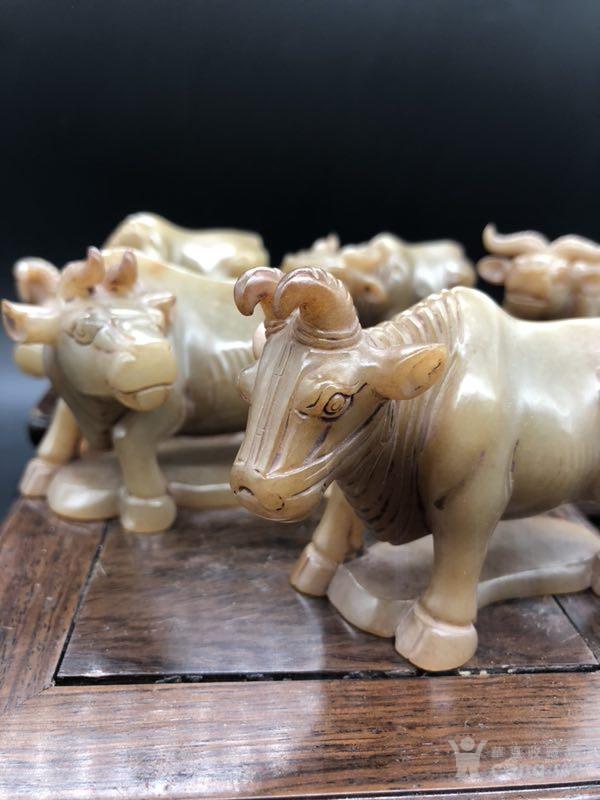 五牛原是唐朝韩滉创作的画 此玉五牛各具状貌,姿态互异.
