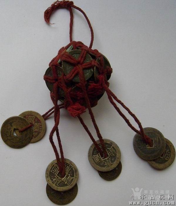 上面一个钱球由12个铜钱编制.