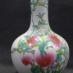 粉彩寿桃天球瓶