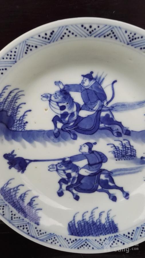 康熙青花人物狩猎图盘。