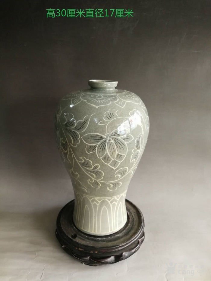 朝鲜青瓷花纹梅瓶
