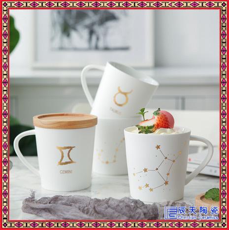 杯子刻字定制:在马克杯的表面上雕刻文字,可以个性化留言,或者雕刻