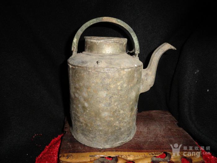 有 款 罕见的银锡茶壶。