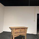 明,榆木朱红漆供桌。长119,宽50高87。