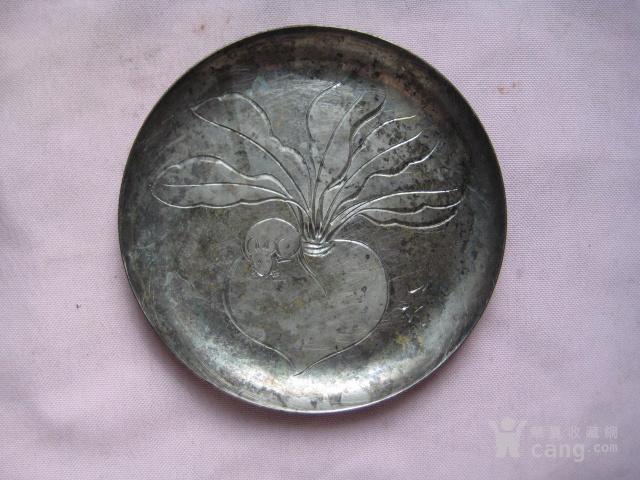 一个雕刻萝卜老鼠图案的名家款的镀银小碟