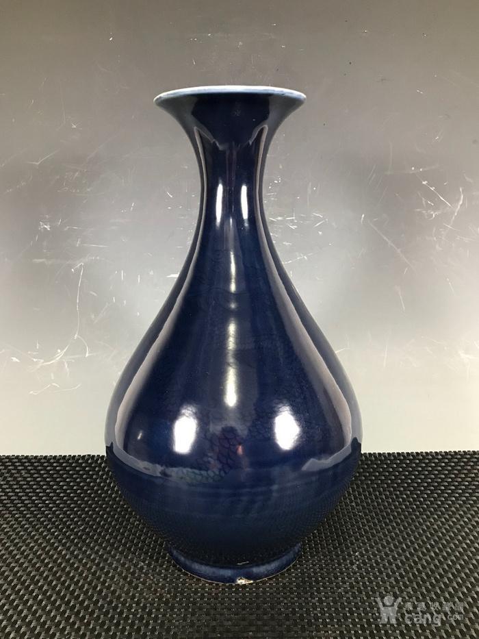 祭蓝釉暗工龙纹玉壶春瓶。