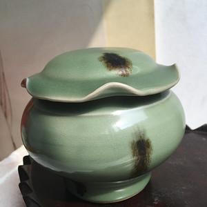 龙泉窑荷叶盖罐