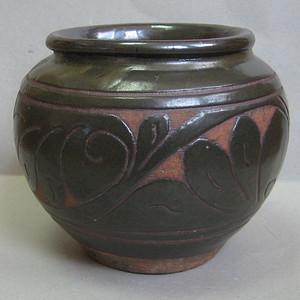 墨绿釉剔花小罐