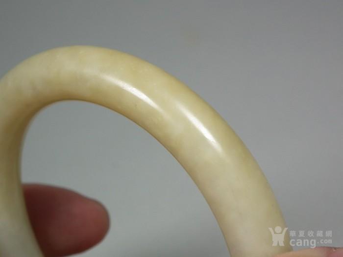 和田白玉带黄沁大圆手镯图6
