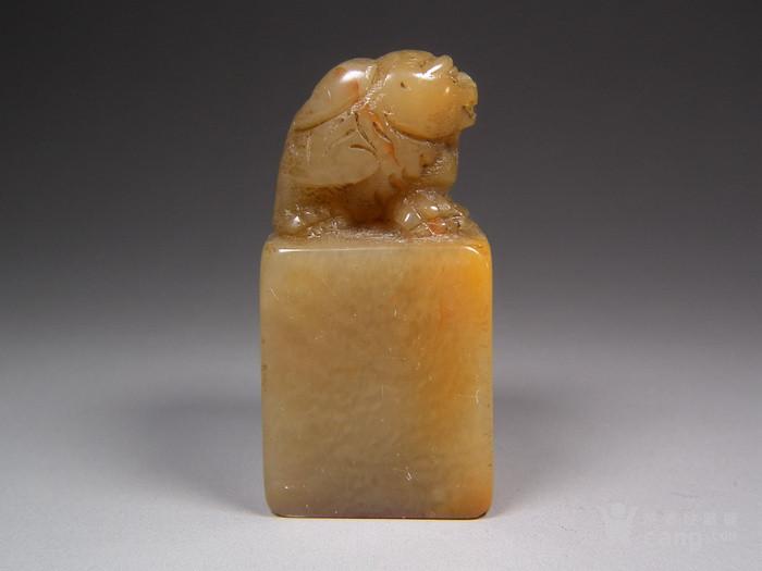 老黄色寿山石高浮雕卧兽大方印章图2