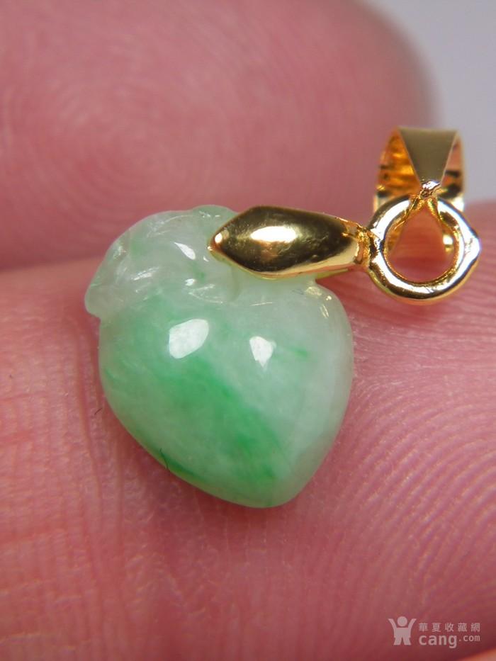 八九十年代的A货新工冰种飘阳绿翡翠带孔圆雕瓜果大佩图6