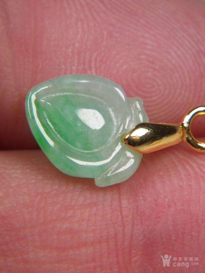 八九十年代的A货新工冰种飘阳绿翡翠带孔圆雕瓜果大佩图5