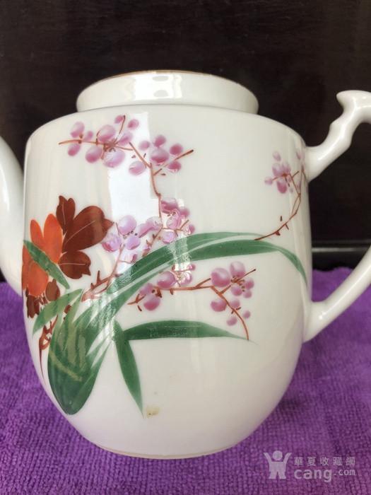 民国手绘花卉茶壶一把。