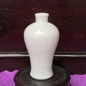 清中期白釉梅瓶。